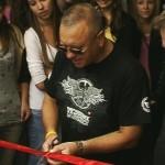 Jurek Owsiak przecina wstęgę